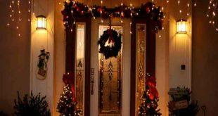 ورودی تزئیین شده با ریسه به مناسبت جشن کریسمس